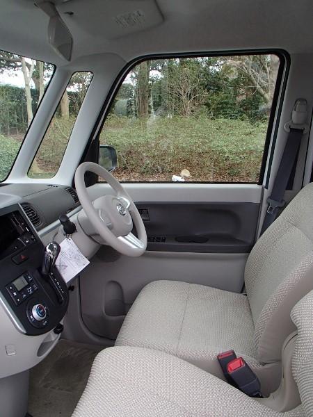 ダイハツ・タントの運転席画像